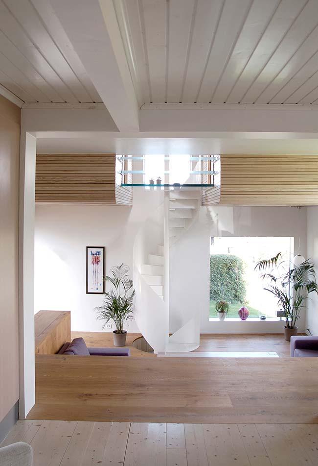 Escada que se perde na imensidão branca desta decoração clean