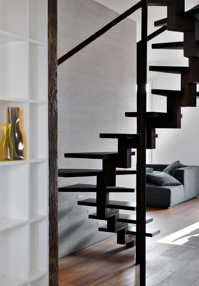 Já esta escada, possui uma estrutura central nos degraus de madeira