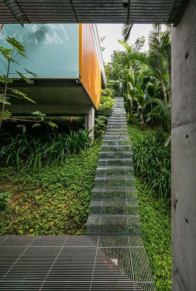 Nessa imagem, o jardim acompanha toda a extensão da escada externa