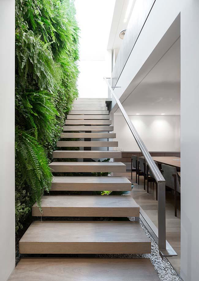 Embaixo e do lado: aqui, a escada foi duplamente valorizada pela presença das plantas