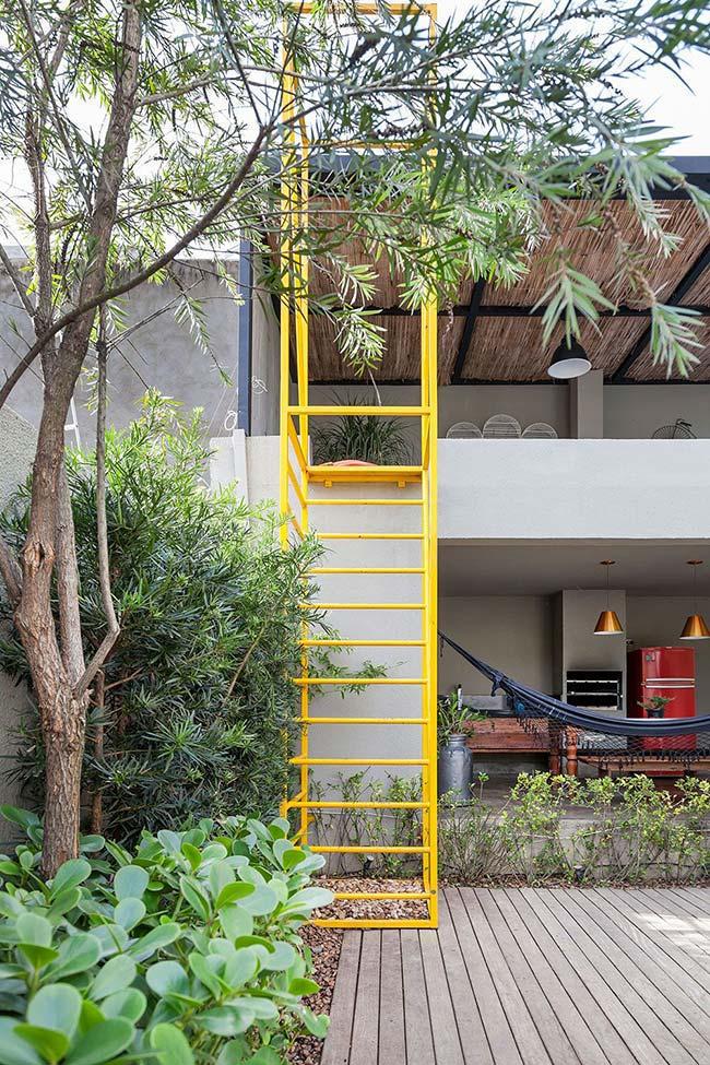 O jardim da área externa se estende até a escada, completando o vão abaixo dela
