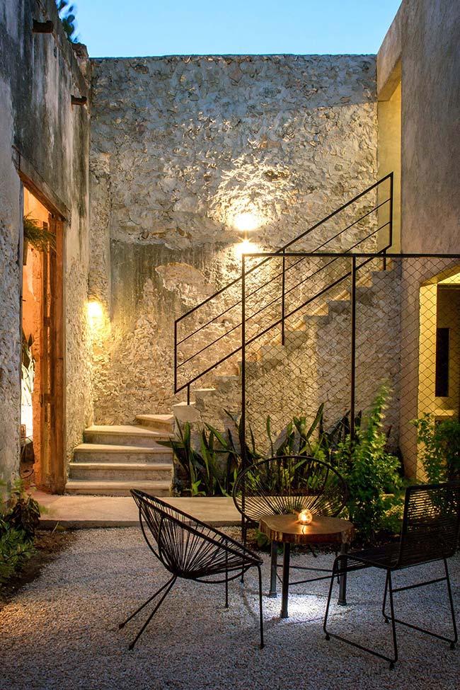 Canteirinho de folhagens realça a beleza da escada de pedra