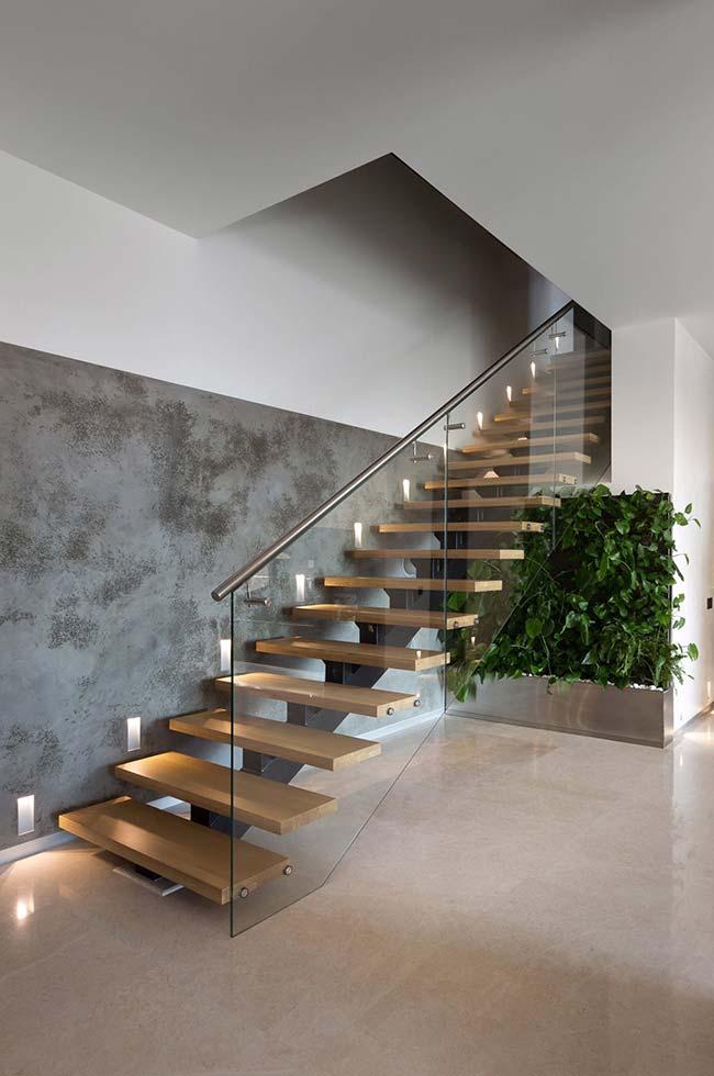 Jardim vertical é uma outra possibilidade para preencher o espaço debaixo da escada