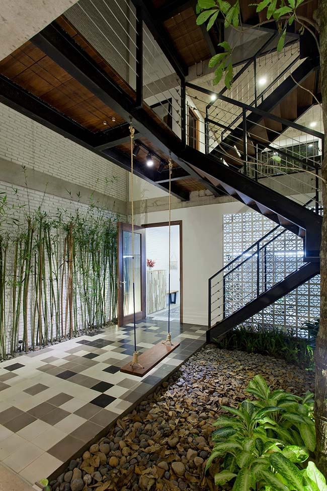 Esse jardim embaixo da escada é puro charme: tem até um balanço