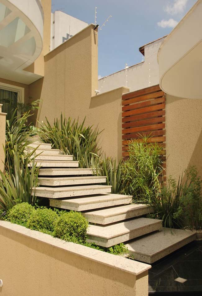 Para jardins de escada externa use plantas que se adaptem ao sol