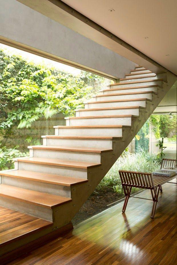 O jardim embaixo dessa escada se confunde com o jardim externo