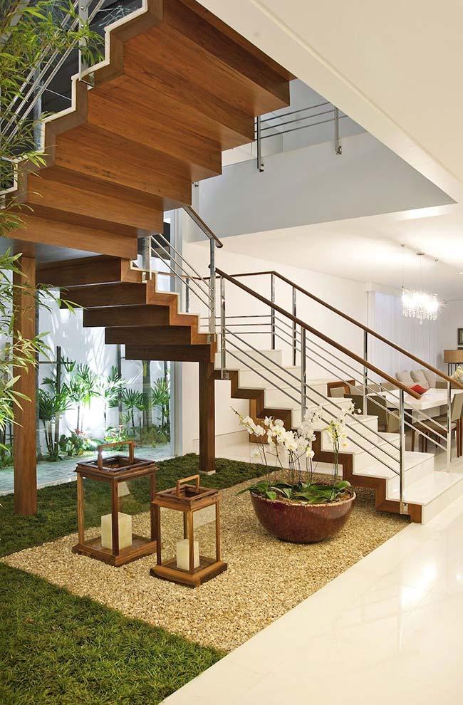 Um jardim embaixo da escada elegante