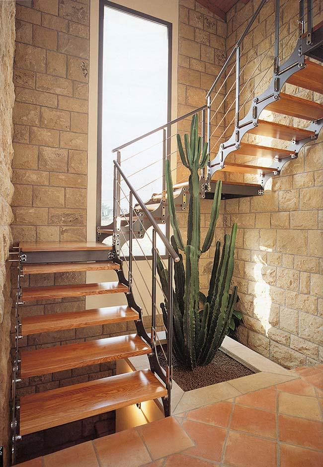 O cacto no jardim embaixo da escada acompanha o estilo rústico da casa