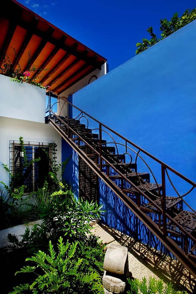 Jardim da casa emoldura a escada de ferro do quintal