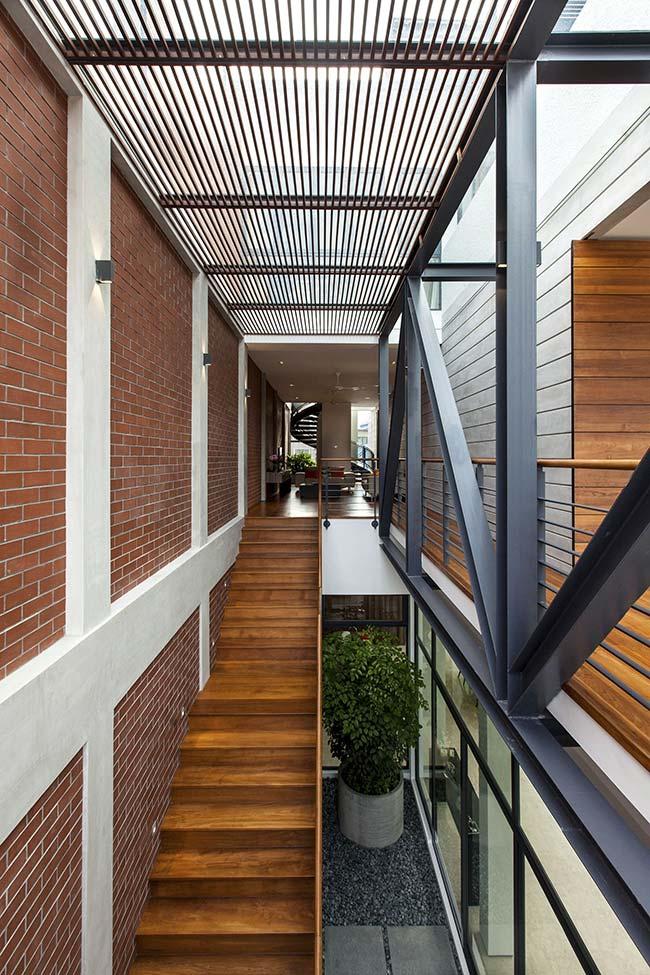 Simples e marcante: você não precisa de muito para fazer um jardim embaixo da escada