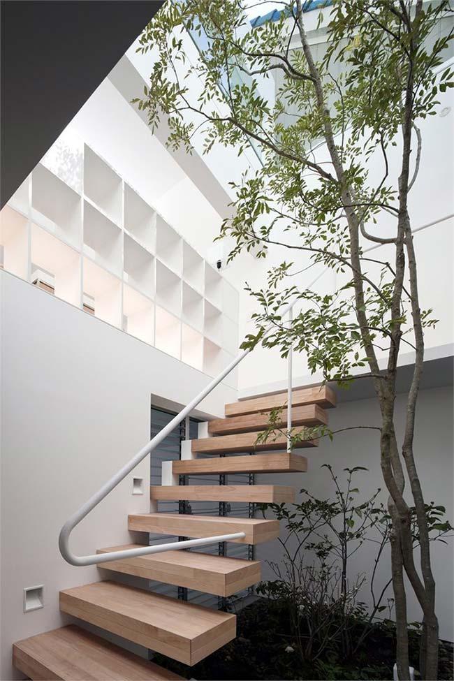 Se tiver espaço, invista em uma árvore de crescimento moderado para colocar junto à escada