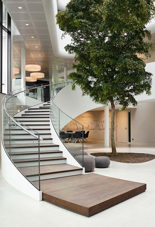 Para uma casa e uma escada de porte como essa da imagem, monte um jardim com a mesma proporção