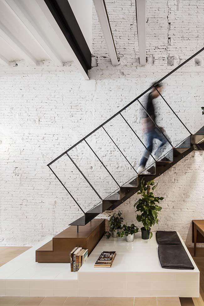 Três vasos discretos ocupam e embelezam o espaço vazio debaixo da escada