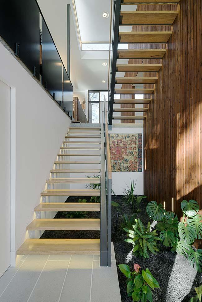 As plantas mais simples e abundantes da flora brasileira são as ideais para montar um jardim embaixo da escada