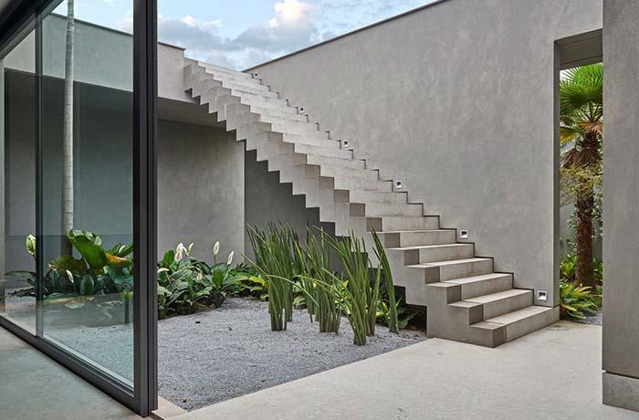 Os lírios da paz são uma boa opção para quem deseja montar um jardim embaixo da escada que também tenha flores