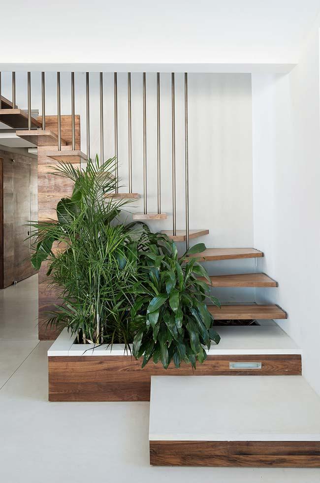 Planejamento é tudo: aqui, a escada já foi pensada para contar com a presença de um jardim