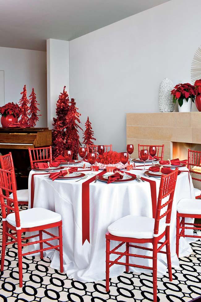 Mesa-presente de Natal: arranjo de mesa remetendo a uma fita de presente vermelha