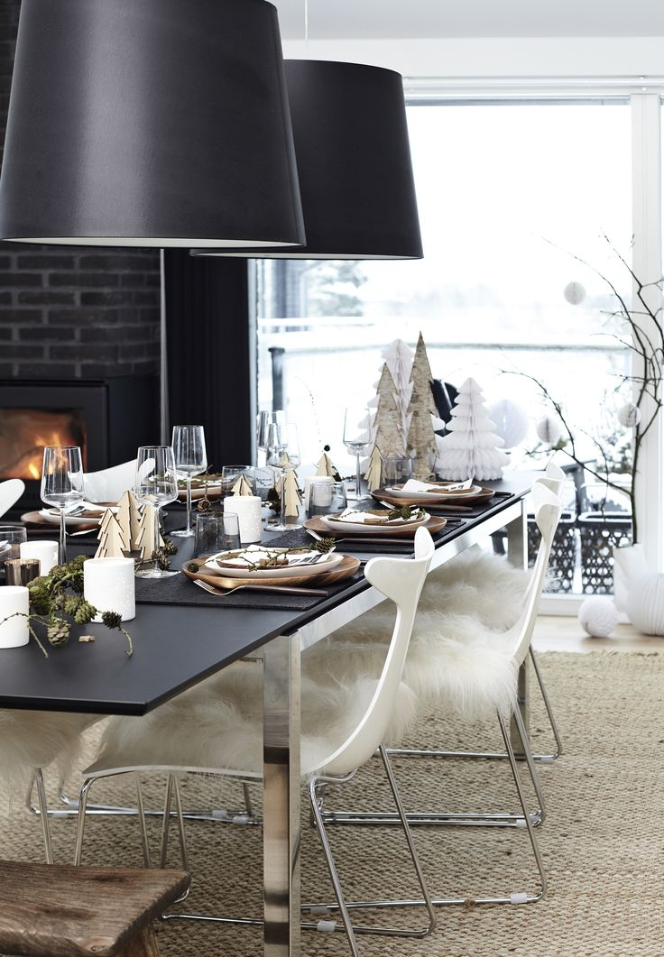 Arvorezinhas de natal criam uma floresta nevada perfeita para a decoração central da sua mesa