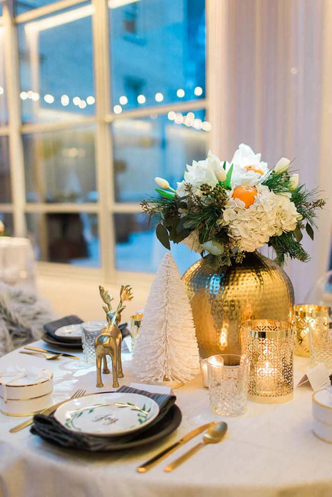 Decoração de mesa natalina em branco e dourado