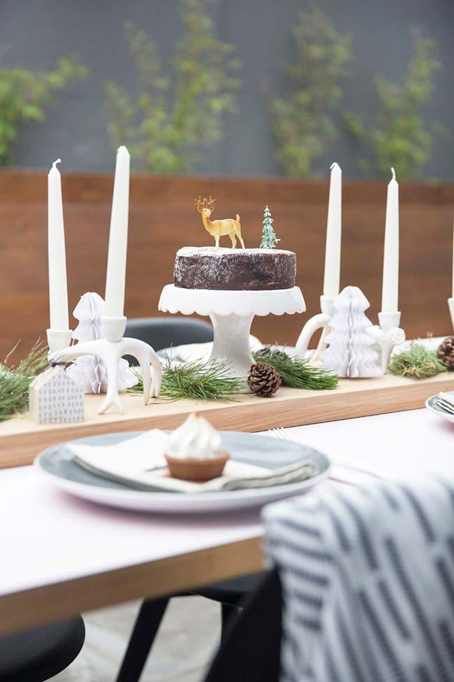 Bolo Natalino simples: topper com um veado, árvore de Natal em miniatura e açúcar de confeiteiro para imitar neve