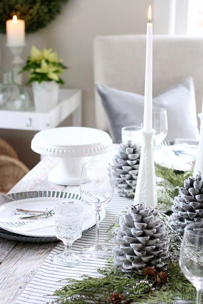 Decore pinhas e crie uma decoração especial com elas na sua mesa de Natal