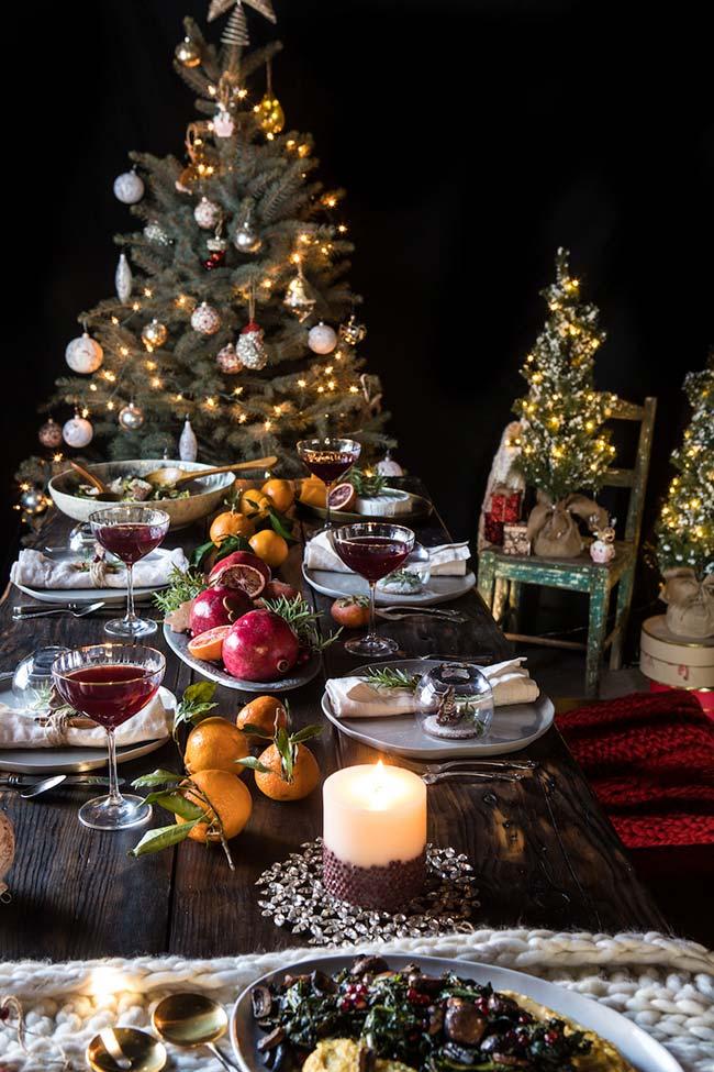 Outra ideia de mesa de Natal com muitas frutas coloridas para decorar e se deliciar