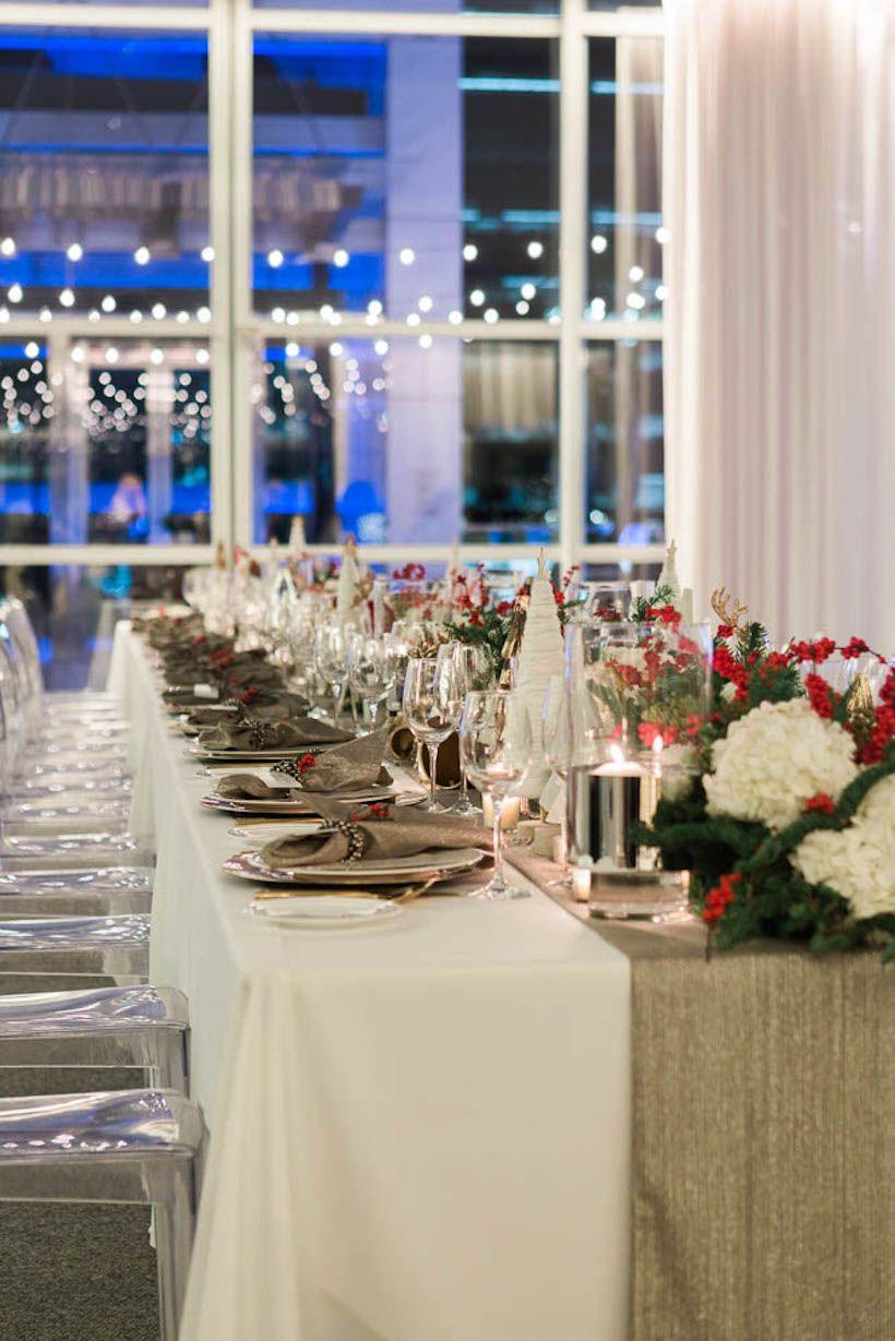 Ceia para muitas pessoas? Invista em uma mesa longa e uma decoração na faixa central dela