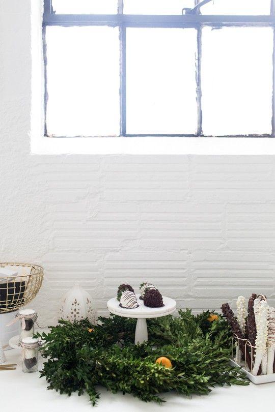 Verde natural para o seu Natal: colha galhinhos de árvores e plantas com folhas verdes para criar uma decoração especial e fresca para a sua mesa