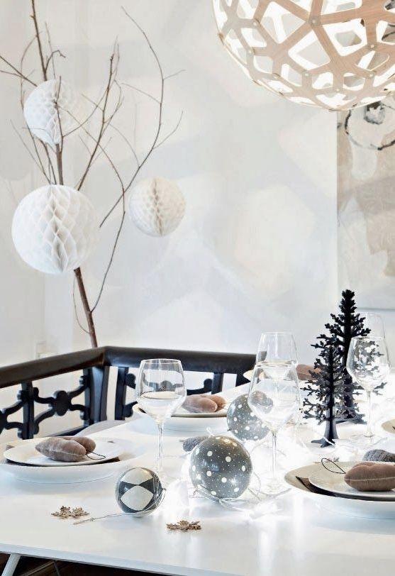 Decoração de mesa de Natal com bolas decoradas, mini-árvores e pisca-picas