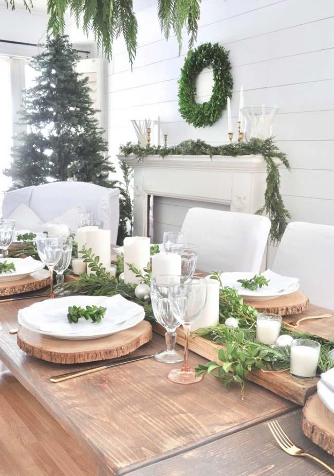 Use suas plantinhas de dentro e de fora de casa para compor uma decoração de mesa natural