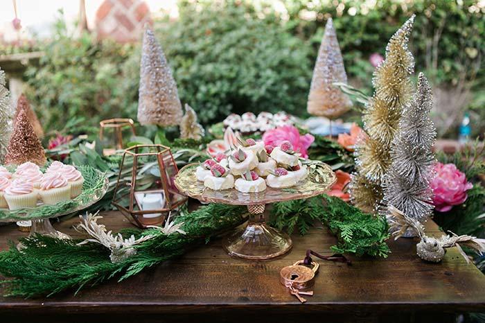 Misture os ramos naturais de árvores e as arvorezinhas de Natal compradas em lojas para a decoração tipo reino encantado