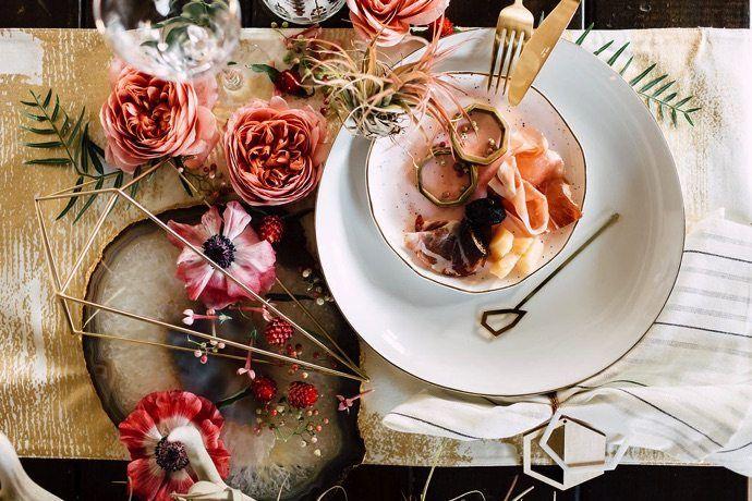 Flores naturais ou artificiais de diversos tipos também são ótimos elementos que você pode usar na sua decoração de mesa