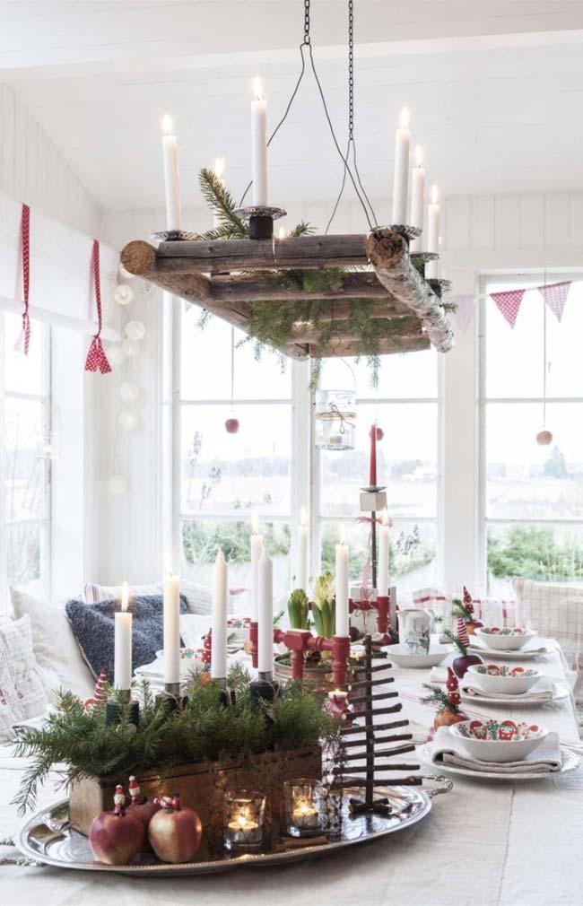 Num tom mais rústico, este candelabro homemade em madeira suspenso na mesa dispensa qualquer outro tipo de decoração