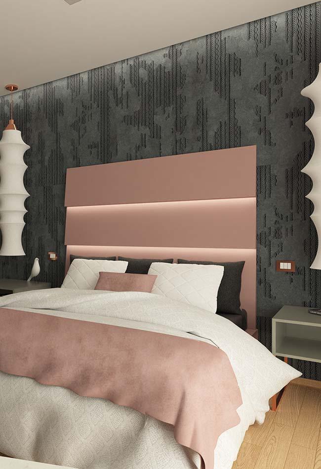 A cabeceira rose ganha destaque sobre o papel de parede preto