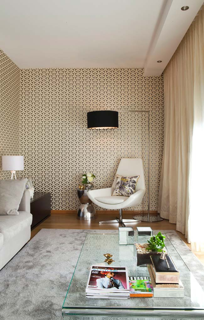 Estampas menores e suaves de papel de parede permitem o uso em mais de uma parede