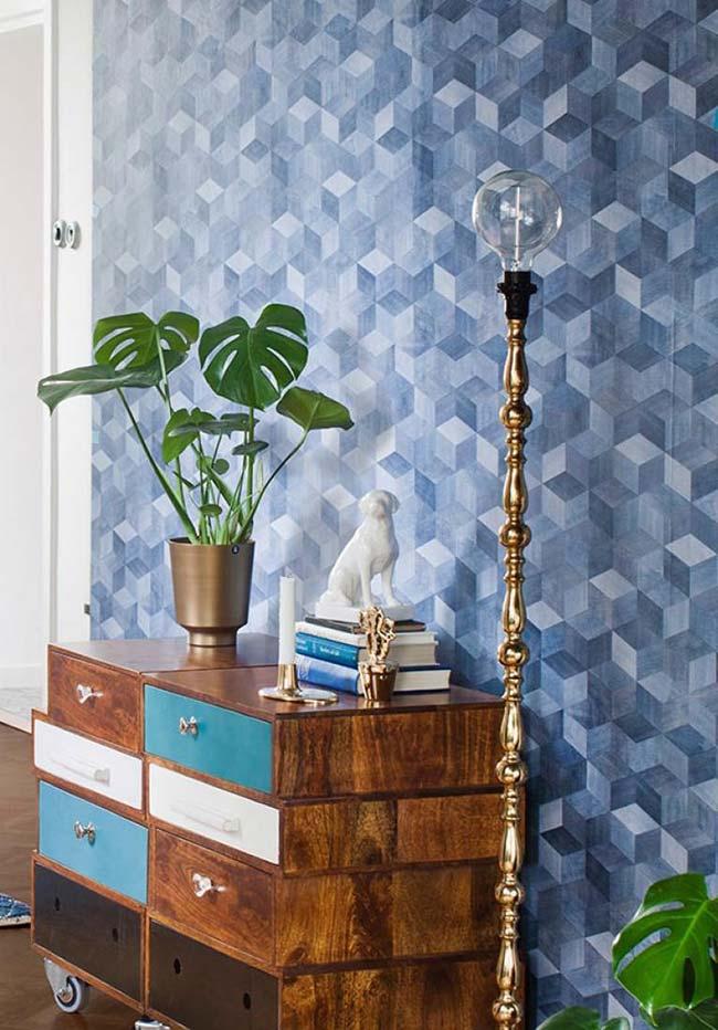 Papel de parede 3D em tons de azul completam a proposta rústica e retrô desse ambiente