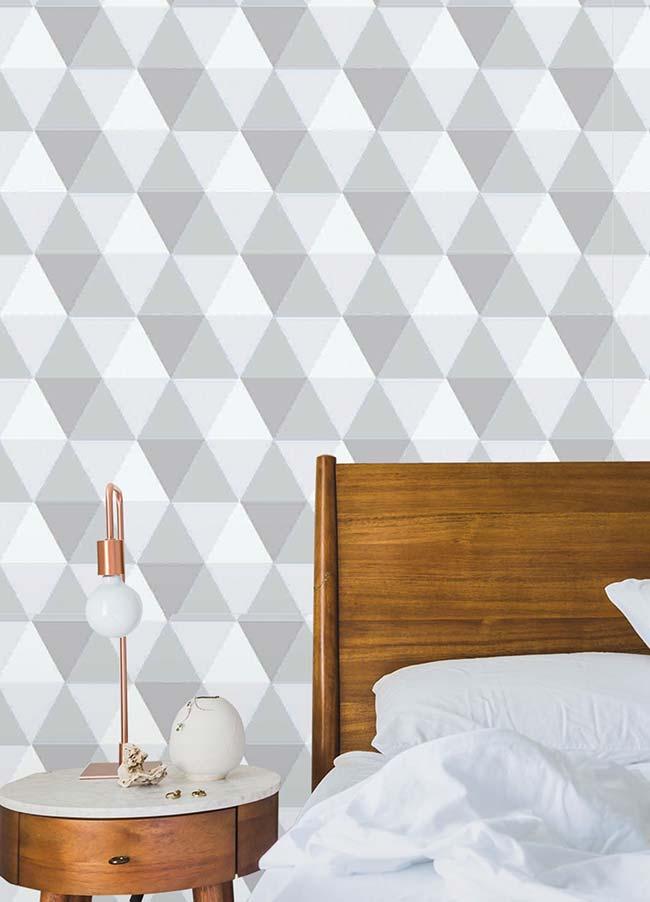 Um papel de parede 3D de estampa moderna para contrastar com os móveis de madeira