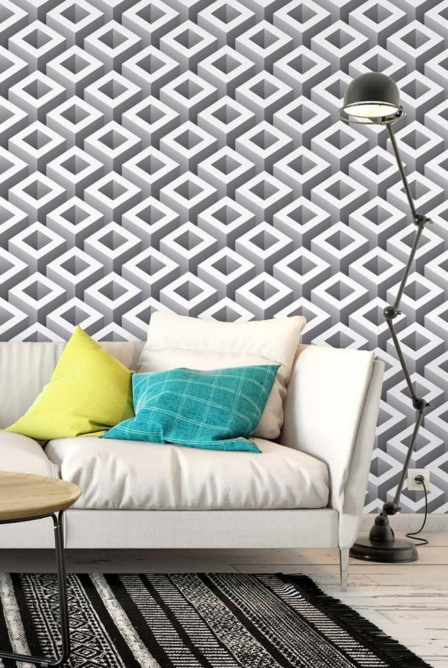 Para não cansar a visão, o papel de parede com ilusão de ótica foi colocado atrás do sofá