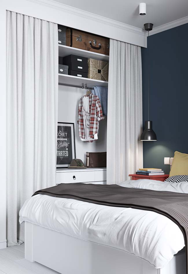 Nesse quarto de casal, o cortineiro de gesso sobreposto foi usado para ajudar a esconder o closet
