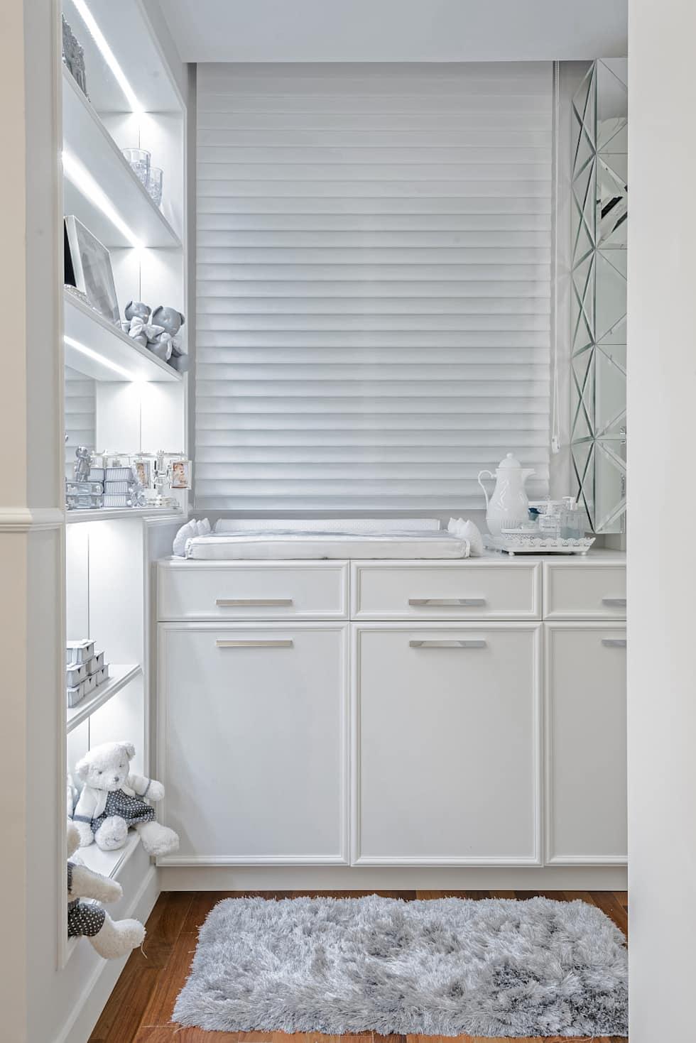 Nesse quartinho clean de bebê, o cortineiro de gesso recebeu uma persiana branca