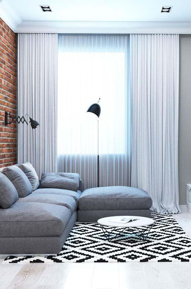 Nesse ambiente integrado o cortineiro embutido fica entre o acabamento de gesso e a madeira