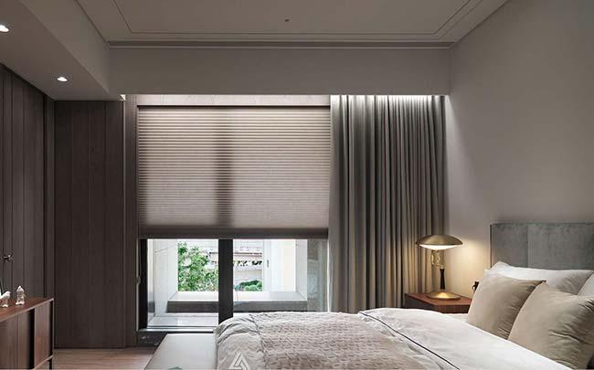 Cortineiro de gesso iluminado realça a proposta elegante e sofisticada da decoração desse quarto