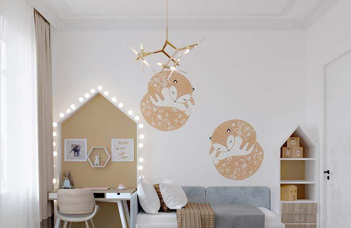 O cortineiro sobreposto acompanha a moldura de gesso de estilo clássico e cheia de arabescos