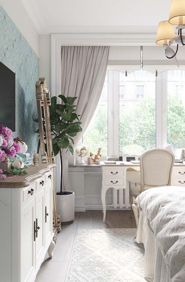 Esse ambiente de estilo clássico ganhou um cortineiro de gesso que se transforma em uma moldura na parede