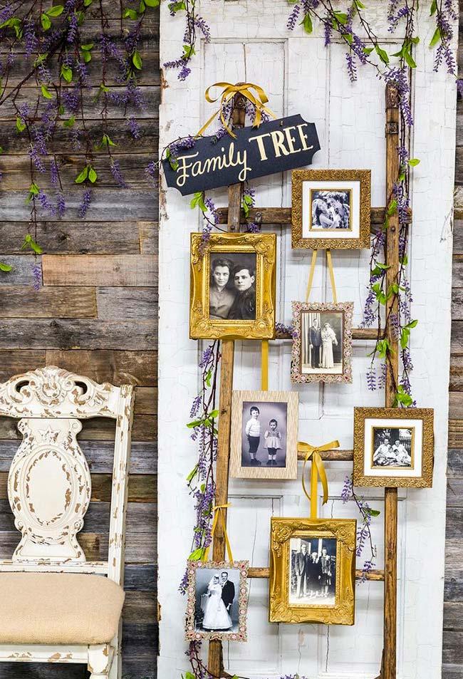 Porta e escada sem uso se transformaram no lugar perfeito para contar a história da família por meio de fotos