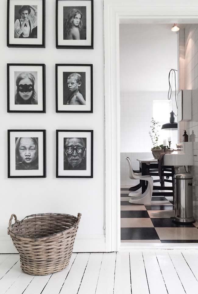 Os quadros seguem a linha da decoração preta e branca