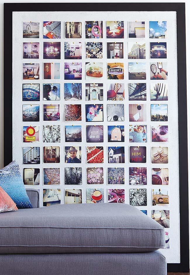O quadro de fotos não precisa ser pendurado na parede ele pode ficar assim, no chão mesmo