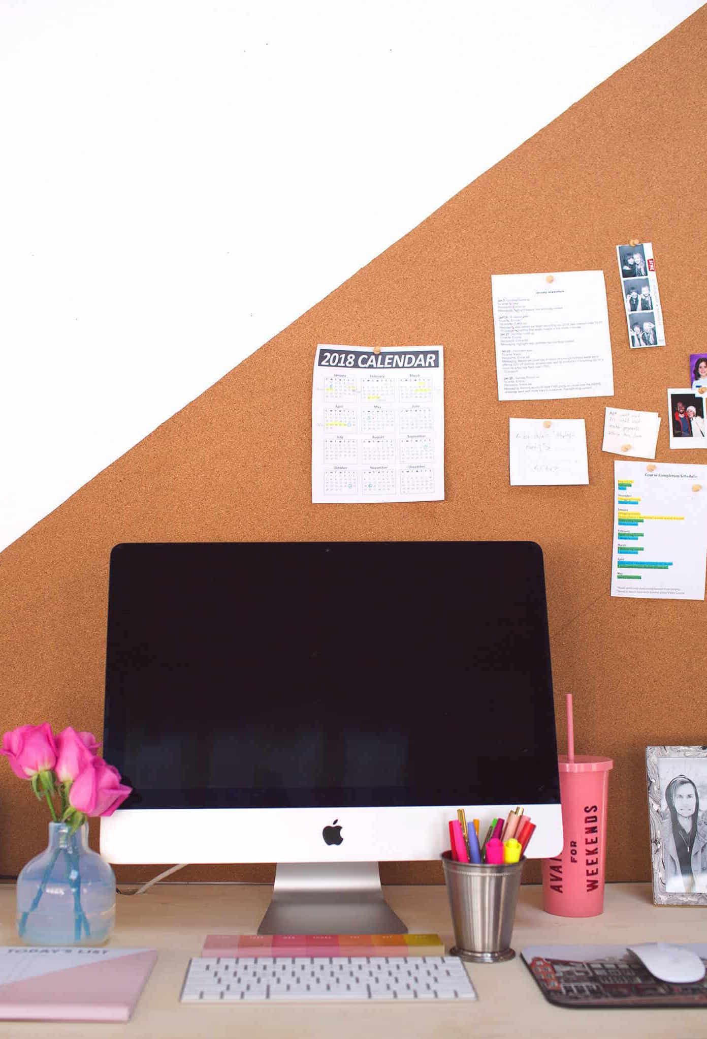 A cortiça decora a parede do home office e ainda ajuda a organizar as tarefas do dia a dia