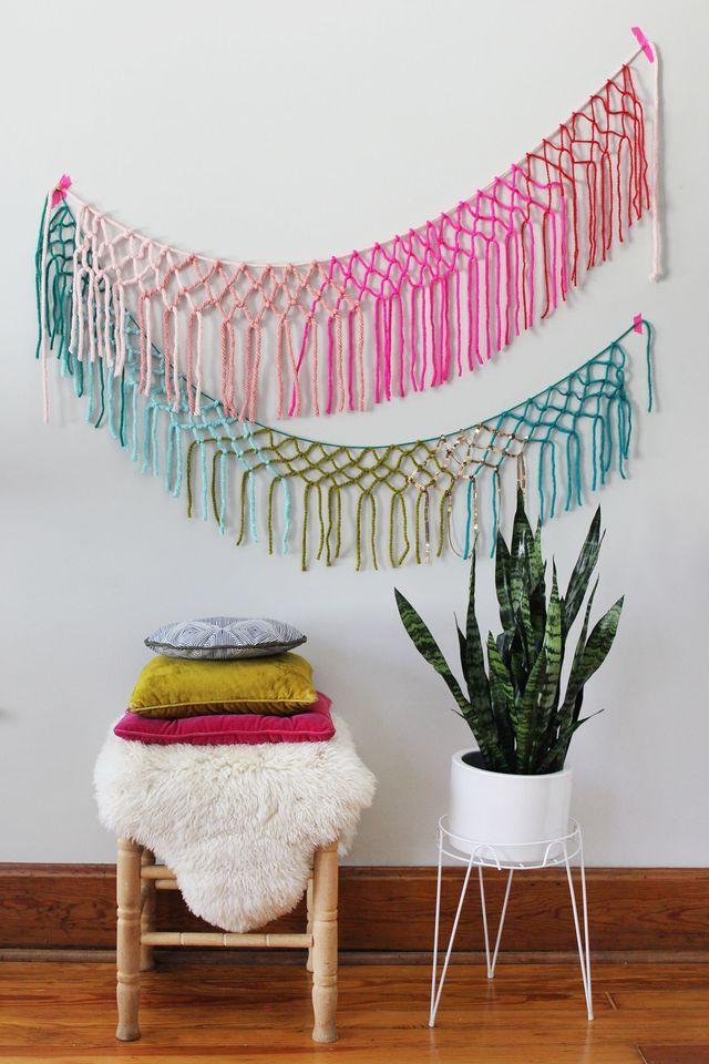 O barrado colorido das redes de pano pode ser retirado da peça original e ganhar um novo uso; nessa imagem, eles foram usados na parede.