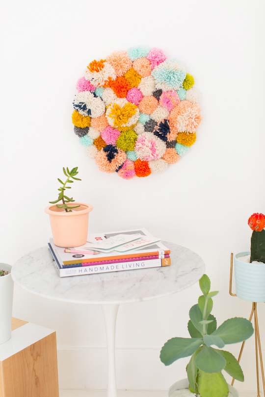 Pompons de lã! Forme um quadro fofo e colorido com eles
